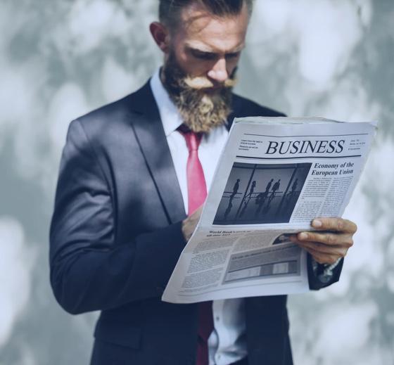 Geschäftsmann mit Zeitung
